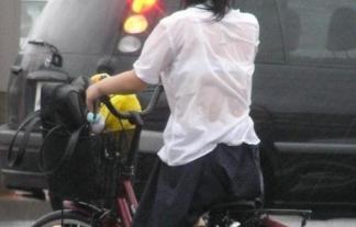 女子校生「うわっ・・・・・・私の制服濡れすぎ?完全に透けちゃってまーすwww」